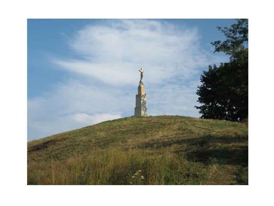 Wąwóz Piszczele wywodzi swoją nazwę od kości zamordowanych tu Tatarów. Ludność sandomierska, broniąc się przed najazdem napastników, urządziła w wąwoz
