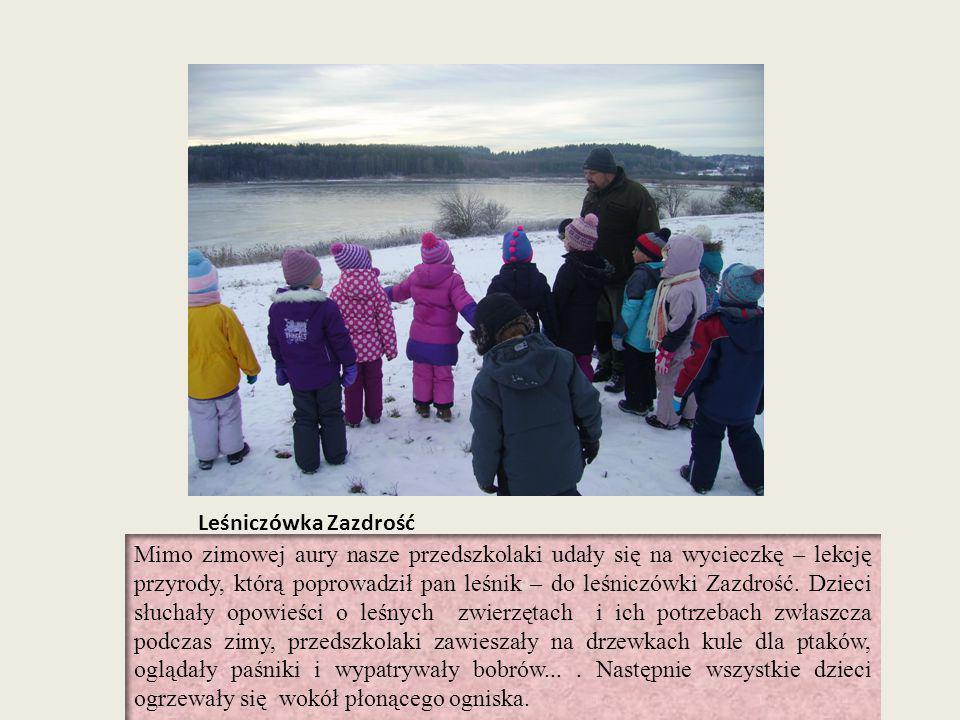 Leśniczówka Zazdrość Mimo zimowej aury nasze przedszkolaki udały się na wycieczkę – lekcję przyrody, którą poprowadził pan leśnik – do leśniczówki Zaz
