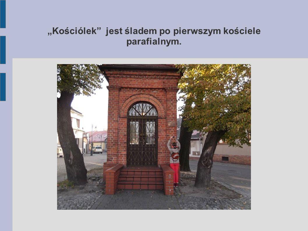 Częścią fortyfikacji Dolnego Przedmmieścia była Brama Krakowska, zwana też Dolną. Rekonstrukcja budowli znajduje się na rondzie, ale w rzeczywistości