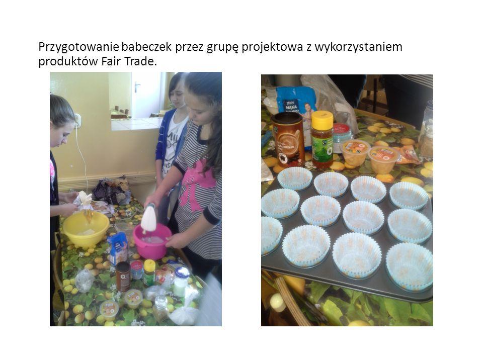Przygotowanie babeczek przez grupę projektowa z wykorzystaniem produktów Fair Trade.