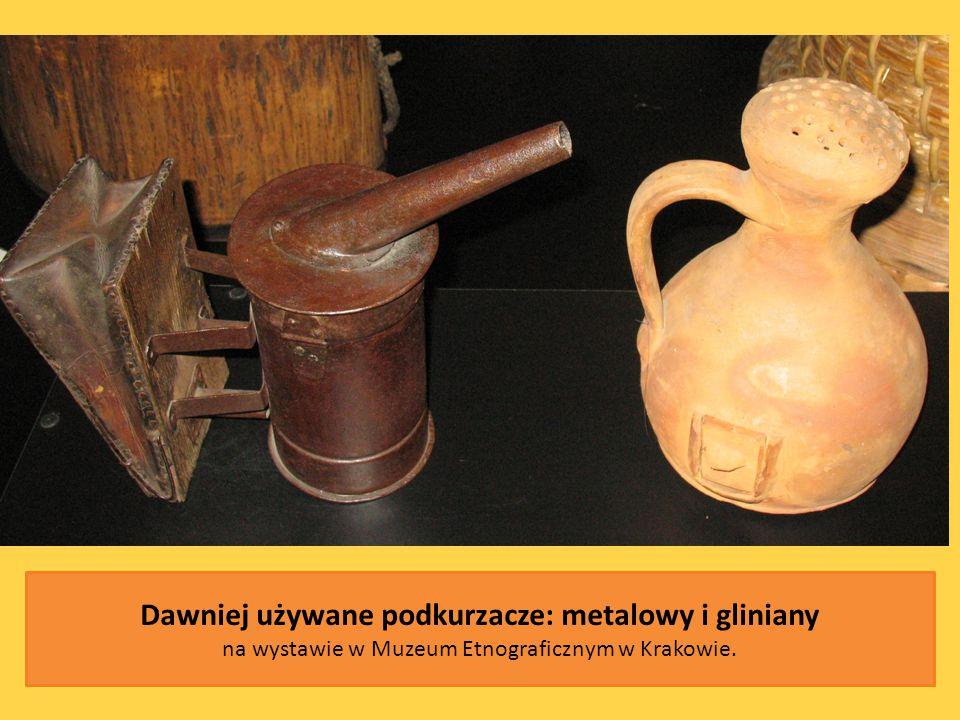 Dawniej używane podkurzacze: metalowy i gliniany na wystawie w Muzeum Etnograficznym w Krakowie.