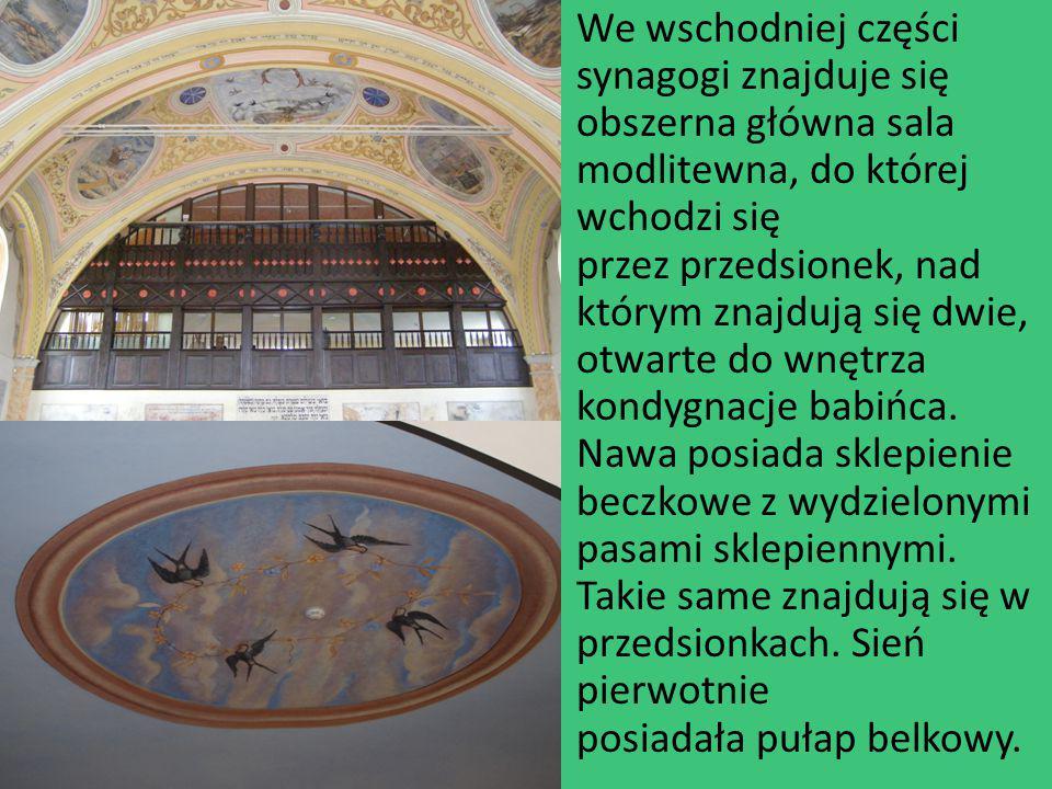 We wschodniej części synagogi znajduje się obszerna główna sala modlitewna, do której wchodzi się przez przedsionek, nad którym znajdują się dwie, otw