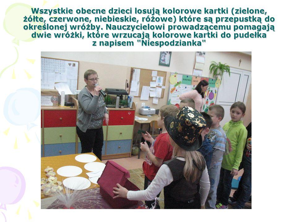 Wszystkie obecne dzieci losują kolorowe kartki (zielone, żółte, czerwone, niebieskie, różowe) które są przepustką do określonej wróżby. Nauczycielowi