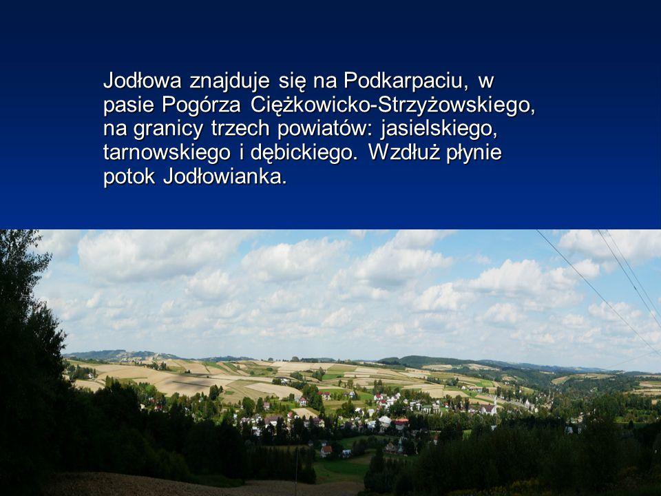 Jodłowa znajduje się na Podkarpaciu, w pasie Pogórza Ciężkowicko-Strzyżowskiego, na granicy trzech powiatów: jasielskiego, tarnowskiego i dębickiego.