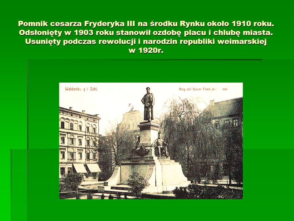 Pomnik cesarza Fryderyka III na środku Rynku około 1910 roku. Odsłonięty w 1903 roku stanowił ozdobę placu i chlubę miasta. Usunięty podczas rewolucji