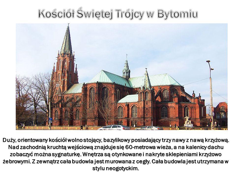 Duży, orientowany kościół wolno stojący, bazylikowy posiadający trzy nawy z nawą krzyżową. Nad zachodnią kruchtą wejściową znajduje się 60-metrowa wie