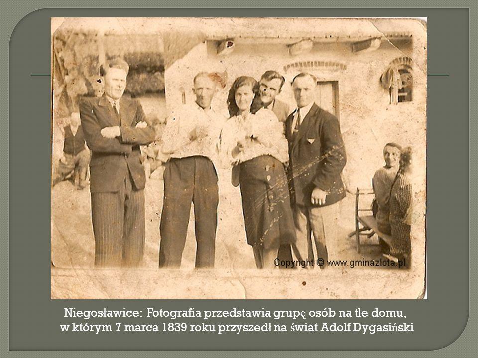 Niegos ł awice: Fotografia przedstawia grup ę osób na tle domu, w którym 7 marca 1839 roku przyszed ł na ś wiat Adolf Dygasi ń ski