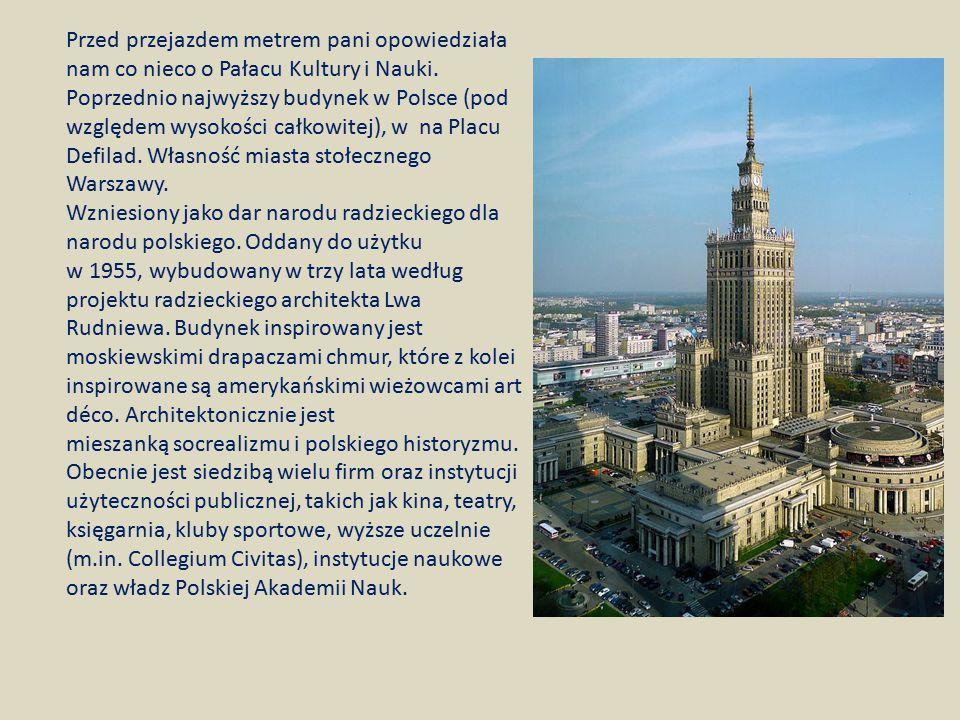 Przed przejazdem metrem pani opowiedziała nam co nieco o Pałacu Kultury i Nauki. Poprzednio najwyższy budynek w Polsce (pod względem wysokości całkowi