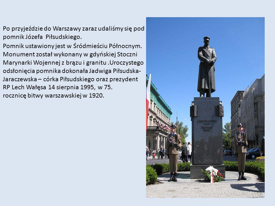 Pomnik ustawiony jest w Śródmieściu Północnym. Monument został wykonany w gdyńskiej Stoczni Marynarki Wojennej z brązu i granitu.Uroczystego odsłonięc