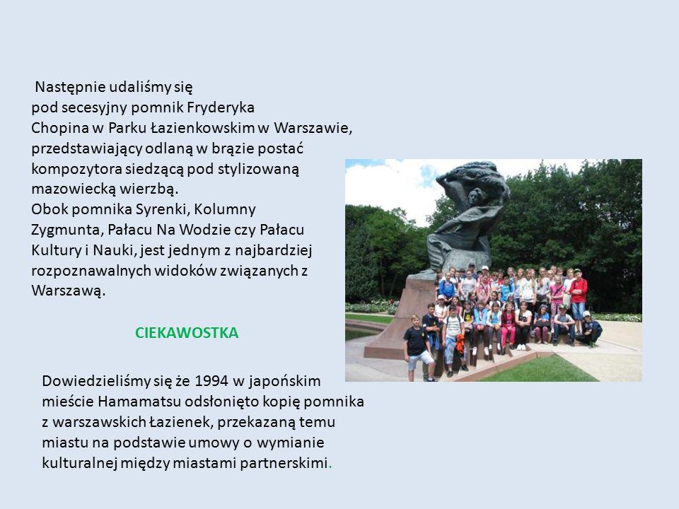 Następnie udaliśmy się pod secesyjny pomnik Fryderyka Chopina w Parku Łazienkowskim w Warszawie, przedstawiający odlaną w brązie postać kompozytora si