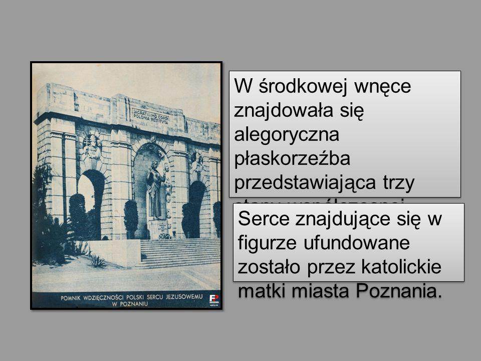 W środkowej wnęce znajdowała się alegoryczna płaskorzeźba przedstawiająca trzy stany współczesnej Polski skupione pod polskim godłem. Serce znajdujące