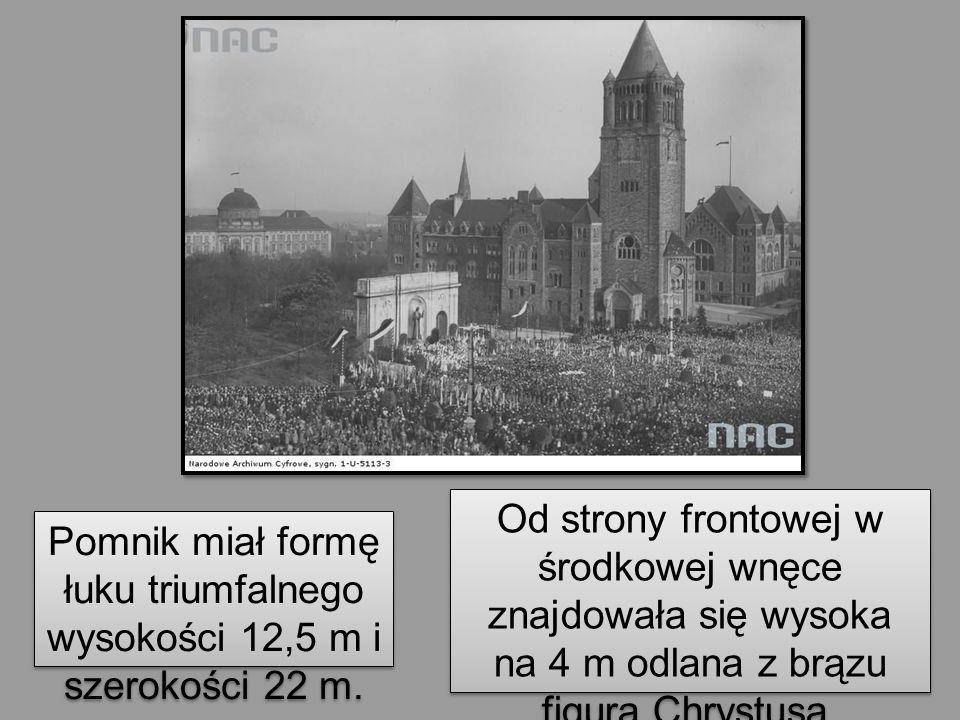 Pomnik miał formę łuku triumfalnego wysokości 12,5 m i szerokości 22 m. Od strony frontowej w środkowej wnęce znajdowała się wysoka na 4 m odlana z br