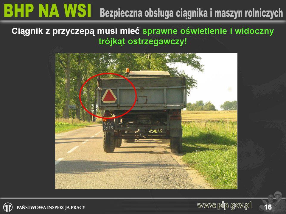16 Ciągnik z przyczepą musi mieć sprawne oświetlenie i widoczny trójkąt ostrzegawczy!