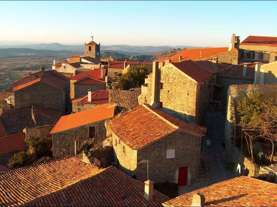 Entre las casas sobresale la Torre de Lucano (siglo XIV) rematada por un gallo de plata, trofeo atribuido a Monsanto en un concurso nacional celebrado en 1938, en el que fue distinguida como la aldea más portuguesa de Portugal