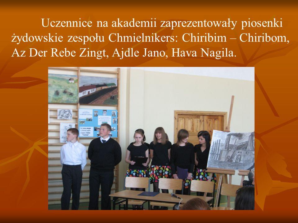 Uczennice na akademii zaprezentowały piosenki żydowskie zespołu Chmielnikers: Chiribim – Chiribom, Az Der Rebe Zingt, Ajdle Jano, Hava Nagila.