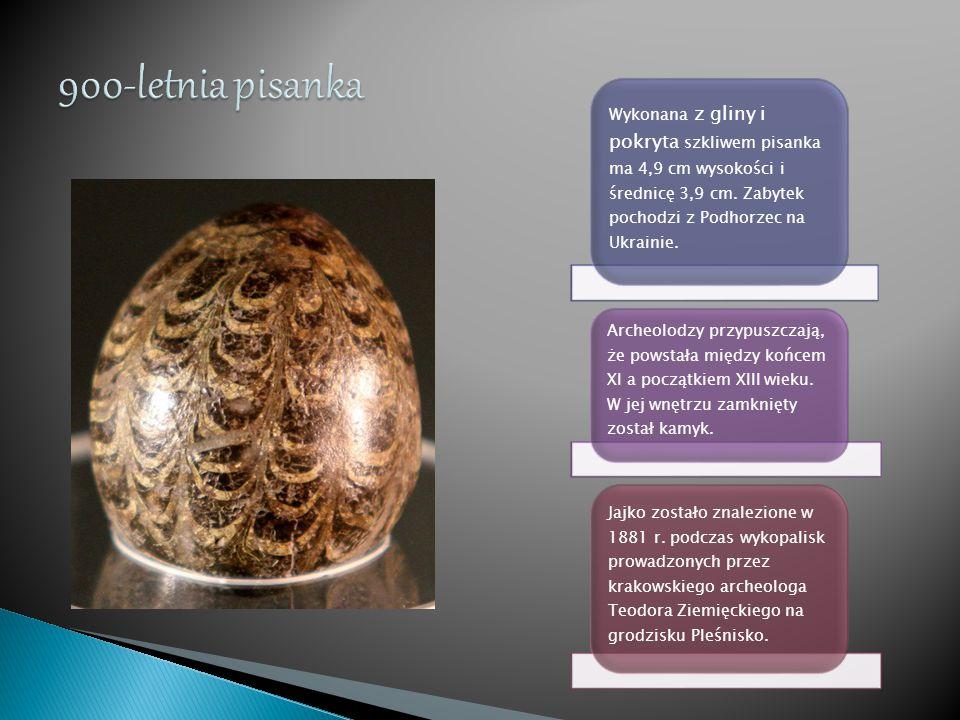 Wykonana z gliny i pokryta szkliwem pisanka ma 4,9 cm wysokości i średnicę 3,9 cm. Zabytek pochodzi z Podhorzec na Ukrainie. Archeolodzy przypuszczają