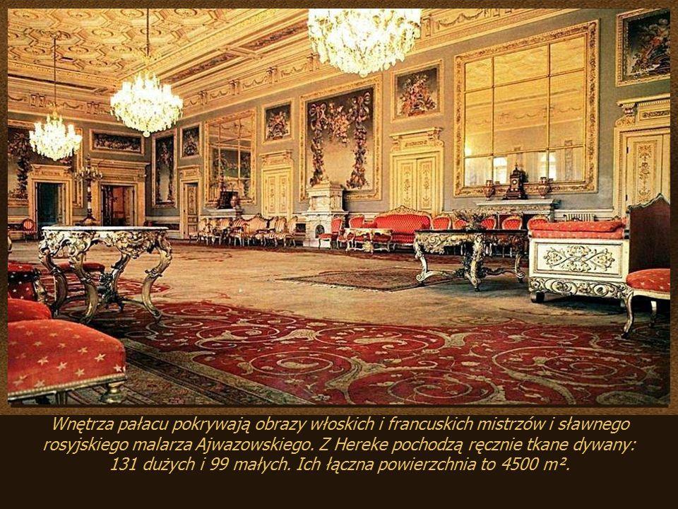 Wnętrza pałacu pokrywają obrazy włoskich i francuskich mistrzów i sławnego rosyjskiego malarza Ajwazowskiego.