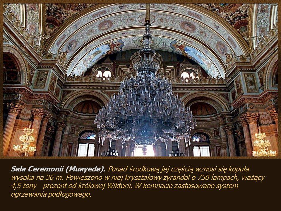 Wnętrza pałacu pokrywają obrazy włoskich i francuskich mistrzów i sławnego rosyjskiego malarza Ajwazowskiego. Z Hereke pochodzą ręcznie tkane dywany: