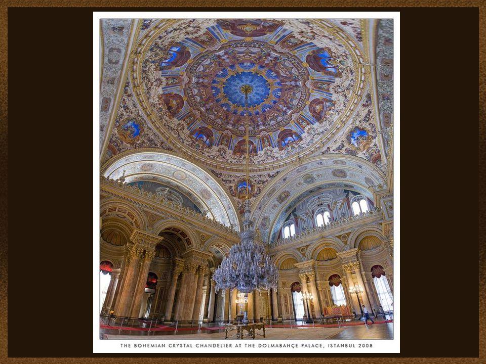 Sala Ceremonii (Muayede). Ponad środkową jej częścią wznosi się kopuła wysoka na 36 m. Powieszono w niej kryształowy żyrandol o 750 lampach, ważący 4,