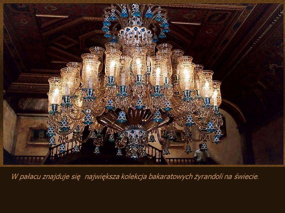 W pałacu znajduje się największa kolekcja bakaratowych żyrandoli na świecie.