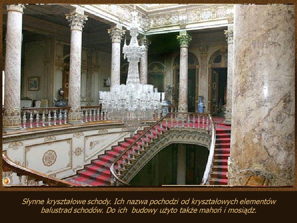 Słynne kryształowe schody.Ich nazwa pochodzi od kryształowych elementów balustrad schodów.