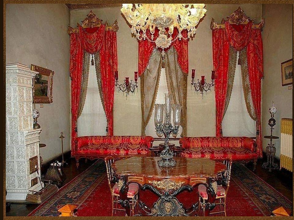 Pokój przyjęć ambasadorów. Ambasadorowie byli tu przyjmowani przez sułtana i przedstawiali mu listy. Sufit jest wyłożony złotem, ściany ozdobione wiel