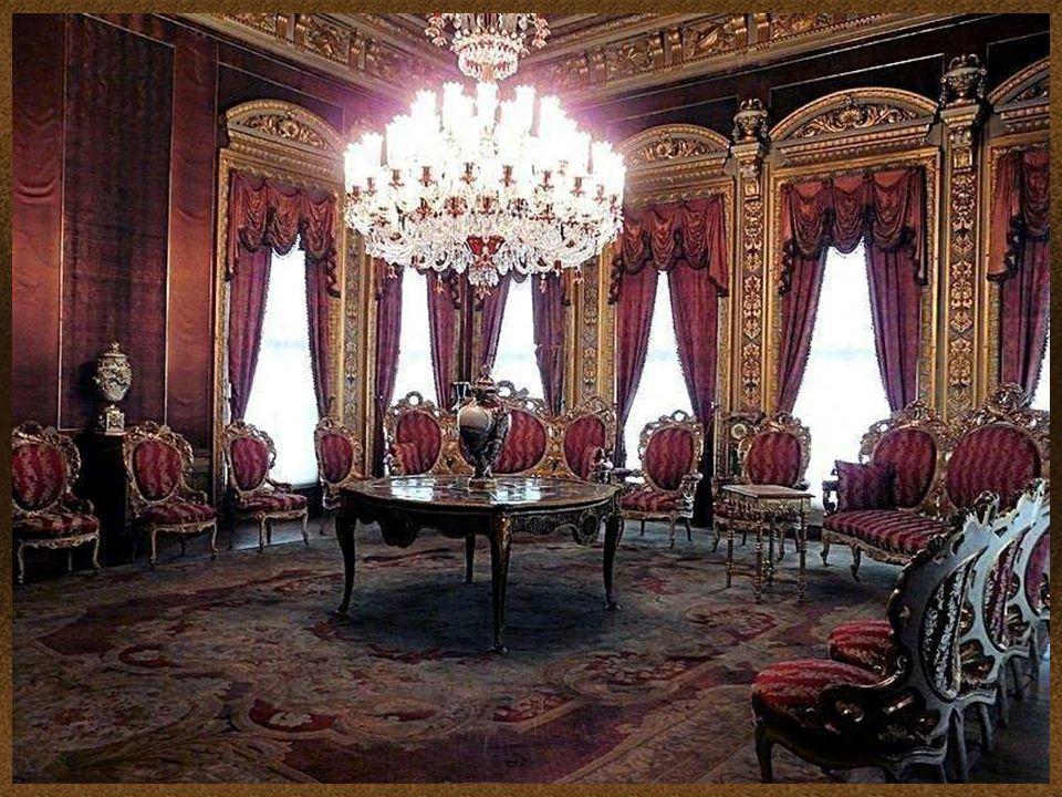 Harem - Czerwony Pokój. Sala audiencyjna, w której przyjmowano zagraniczne poselstwa. Dookoła znajdują się poczekalnie. Pokój został zaprojektowany pr