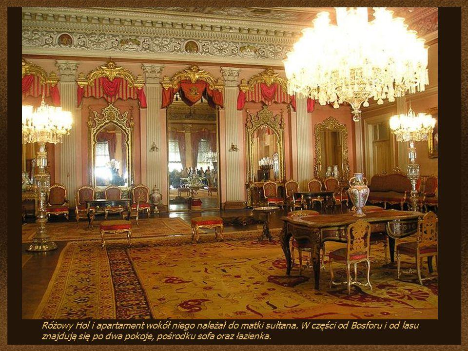 Różowy Hol i apartament wokół niego należał do matki sułtana.