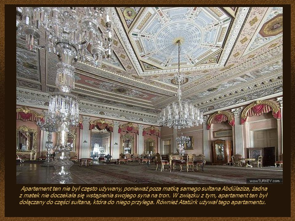 Różowy Hol i apartament wokół niego należał do matki sułtana. W części od Bosforu i od lasu znajdują się po dwa pokoje, pośrodku sofa oraz łazienka.