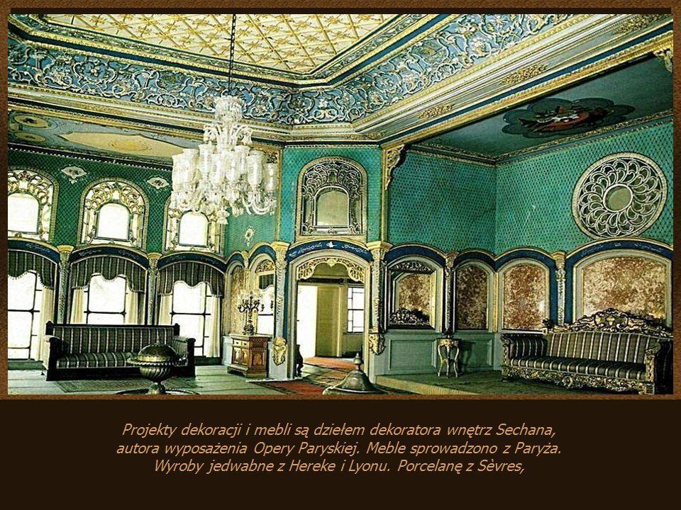 Projekty dekoracji i mebli są dziełem dekoratora wnętrz Sechana, autora wyposażenia Opery Paryskiej.