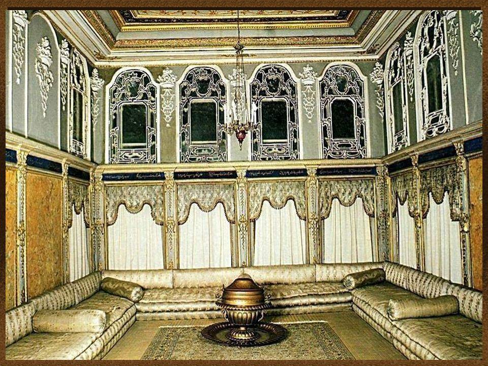 Projekty dekoracji i mebli są dziełem dekoratora wnętrz Sechana, autora wyposażenia Opery Paryskiej. Meble sprowadzono z Paryża. Wyroby jedwabne z Her