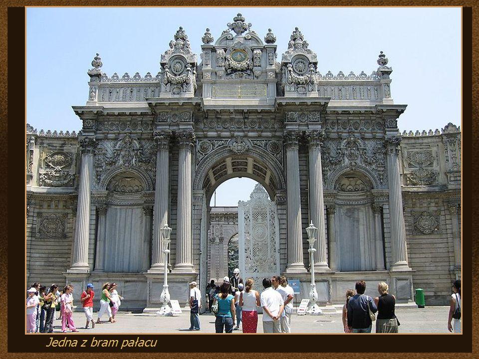 Pałac Dolmabahçe (tur. Dolmabahçe Sarayı) – położony jest po europejskiej stronie Stambułu, przy ulicy Beşıktaş, w jego części północnej, oddzielonej