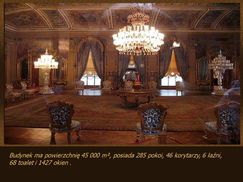 Budynek ma powierzchnię 45 000 m², posiada 285 pokoi, 46 korytarzy, 6 łaźni, 68 toalet i 1427 okien.