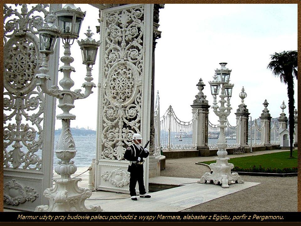 Pałac Dolmabahçe Jako wzorce posłużyły architektom francuski Luwr i angielski Pałac Buckingham. Jednocześnie jego styl miał symbolicznie zerwać z wiel