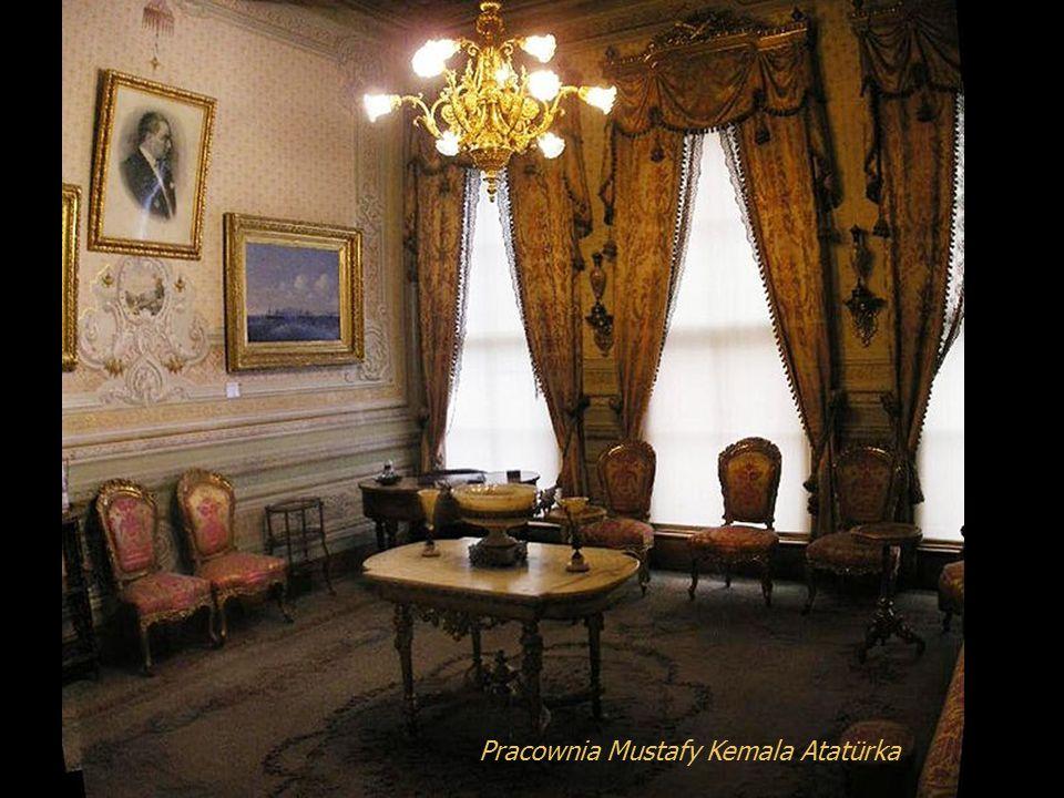 Po obaleniu sułtanatu i utworzeniu Republiki Tureckiej Pałac Dolmabahçe służył jako siedziba Mustafy Kemala Atatürka podczas jego wizyt w Stabule. Mus