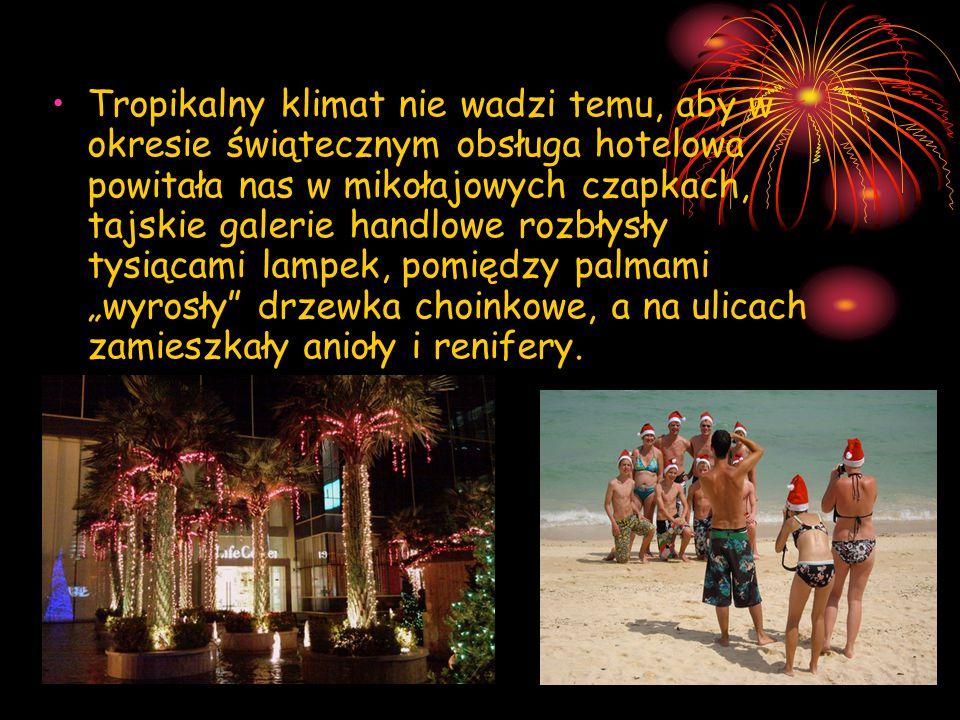 """Tropikalny klimat nie wadzi temu, aby w okresie świątecznym obsługa hotelowa powitała nas w mikołajowych czapkach, tajskie galerie handlowe rozbłysły tysiącami lampek, pomiędzy palmami """"wyrosły drzewka choinkowe, a na ulicach zamieszkały anioły i renifery."""