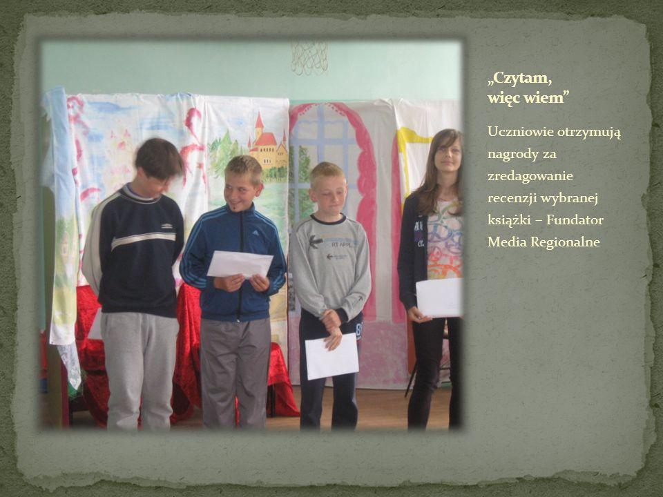 Uczniowie otrzymują nagrody za zredagowanie recenzji wybranej książki – Fundator Media Regionalne