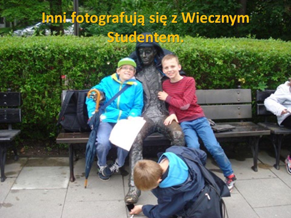 Inni fotografują się z Wiecznym Studentem.