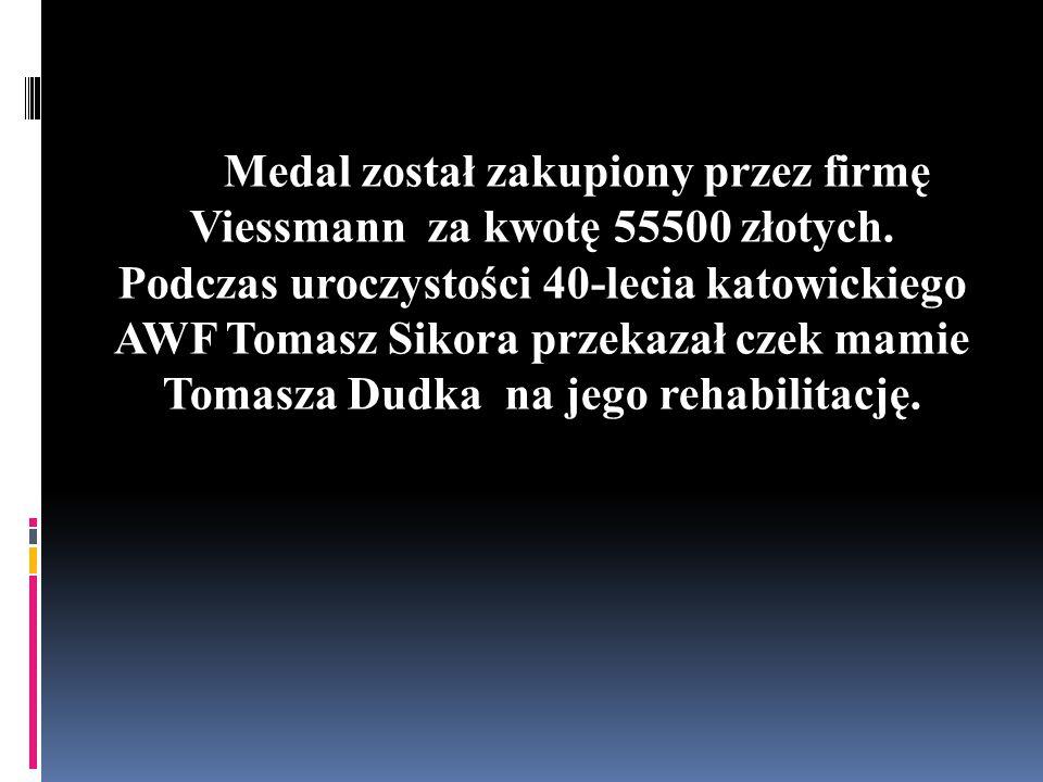 Medal został zakupiony przez firmę Viessmann za kwotę 55500 złotych. Podczas uroczystości 40-lecia katowickiego AWF Tomasz Sikora przekazał czek mamie