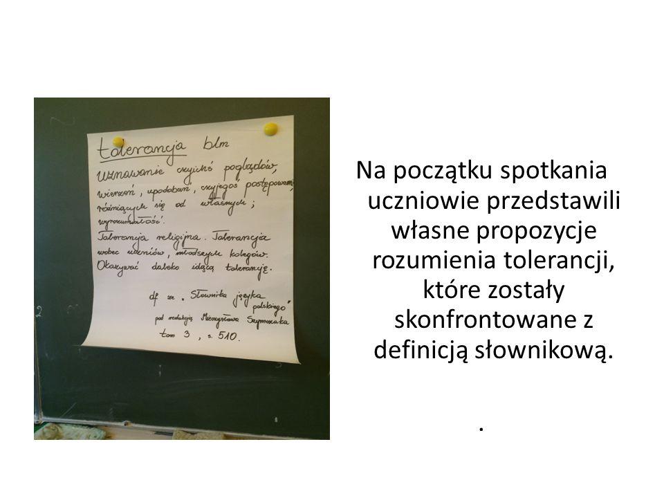Na początku spotkania uczniowie przedstawili własne propozycje rozumienia tolerancji, które zostały skonfrontowane z definicją słownikową..