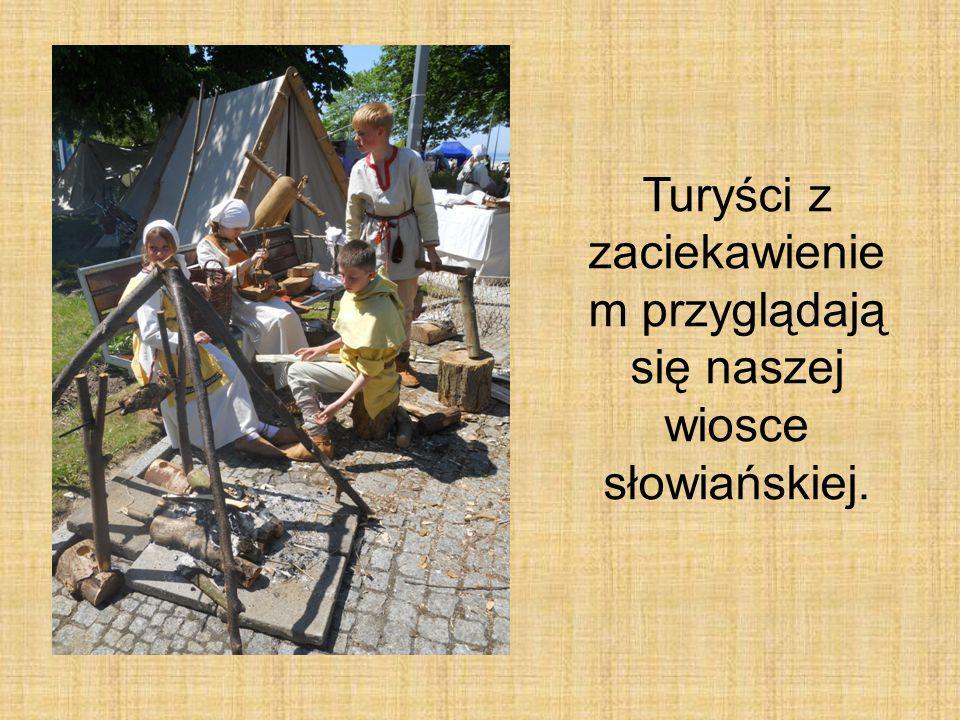 Turyści z zaciekawienie m przyglądają się naszej wiosce słowiańskiej.