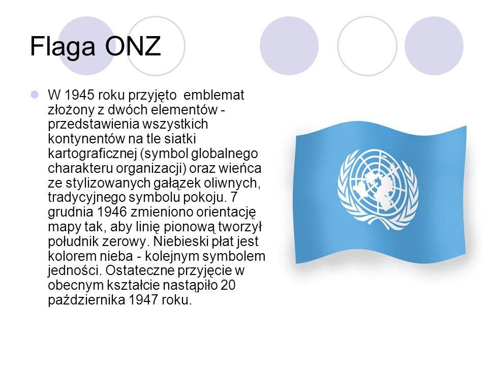 Flaga ONZ W 1945 roku przyjęto emblemat złożony z dwóch elementów - przedstawienia wszystkich kontynentów na tle siatki kartograficznej (symbol globalnego charakteru organizacji) oraz wieńca ze stylizowanych gałązek oliwnych, tradycyjnego symbolu pokoju.