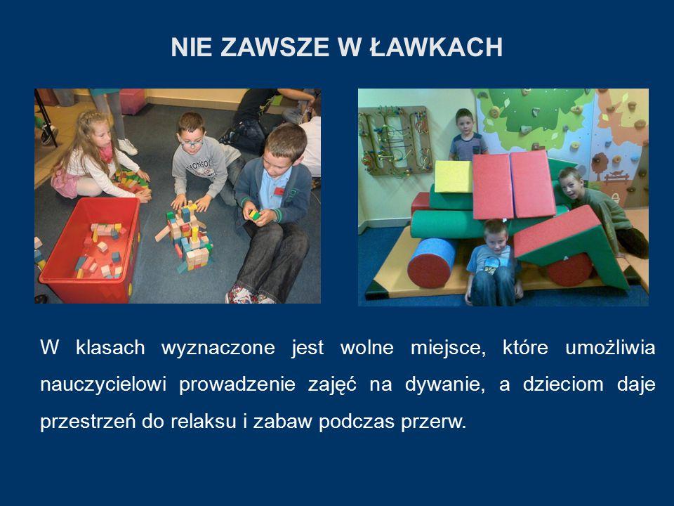 NIE ZAWSZE W ŁAWKACH W klasach wyznaczone jest wolne miejsce, które umożliwia nauczycielowi prowadzenie zajęć na dywanie, a dzieciom daje przestrzeń do relaksu i zabaw podczas przerw.