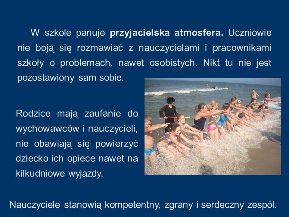 MALI PŁYWACY Chętni uczniowie mają możliwość uczestniczyć w zajęciach w ramach programu autorskiego Potrafię pływać - nauka i doskonalenie pływania w klasach I - III opracowanego przez nauczycielkę wychowania fizycznego z naszej szkoły.