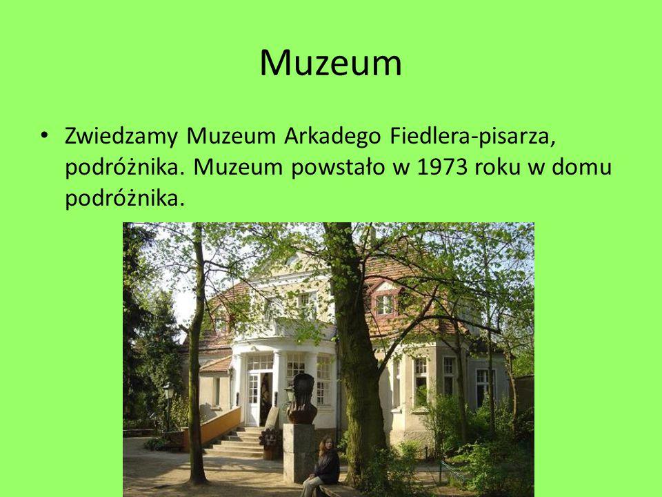 Muzeum Zwiedzamy Muzeum Arkadego Fiedlera-pisarza, podróżnika. Muzeum powstało w 1973 roku w domu podróżnika.