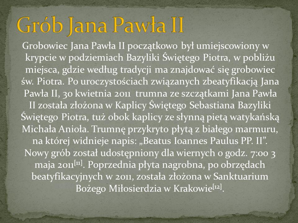 Grobowiec Jana Pawła II początkowo był umiejscowiony w krypcie w podziemiach Bazyliki Świętego Piotra, w pobliżu miejsca, gdzie według tradycji ma zna