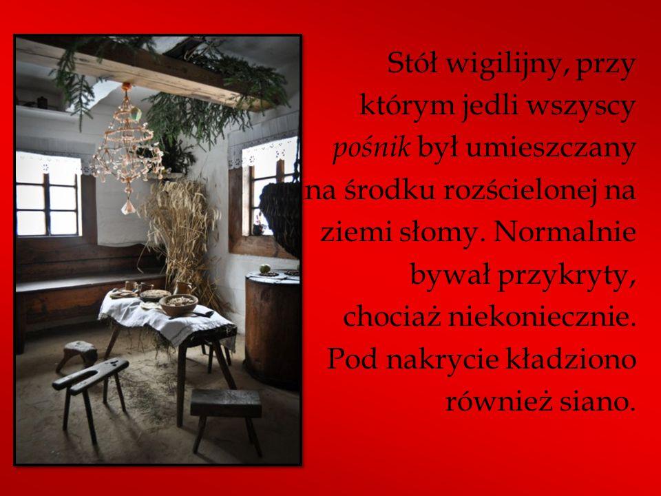 Stół wigilijny, przy którym jedli wszyscy pośnik był umieszczany na środku rozścielonej na ziemi słomy.