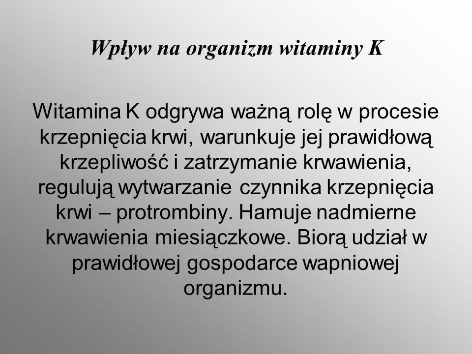 Wpływ na organizm witaminy K Witamina K odgrywa ważną rolę w procesie krzepnięcia krwi, warunkuje jej prawidłową krzepliwość i zatrzymanie krwawienia, regulują wytwarzanie czynnika krzepnięcia krwi – protrombiny.