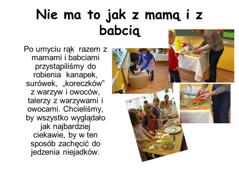 """Nie ma to jak z mamą i z babcią Po umyciu rąk razem z mamami i babciami przystąpiliśmy do robienia kanapek, surówek, """"koreczków"""" z warzyw i owoców, ta"""