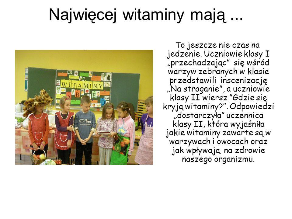 """Najwięcej witaminy mają... To jeszcze nie czas na jedzenie. Uczniowie klasy I """"przechadzając"""" się wśród warzyw zebranych w klasie przedstawili insceni"""